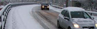Makinat në rrugë me dëborë